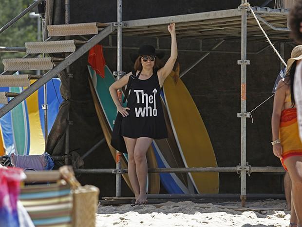 Alessandra Negrini grava cenas de Susana na praia (Foto: Fábio Rocha/Gshow)