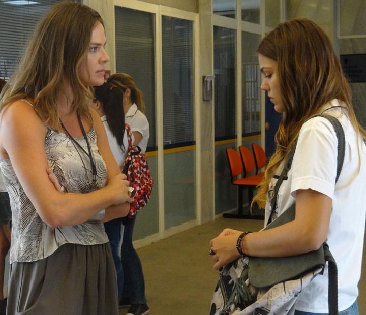 Alina e Monique conversam sobre a ligação (Foto: Annelise Gomes/Gshow)