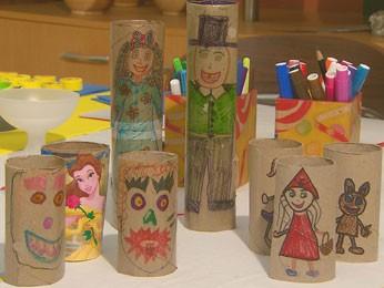 Teatrinho de bonecos é feito com rolinhos de papelão (Foto: Reprodução/TV Globo)