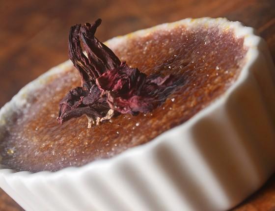 A sobremesa sugerida para os casais no Uh Lalá é o famoso creme brulé de hibiscos (Foto: Divulgação)