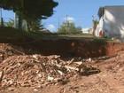 Rompimento de rede de drenagem gera buraco de 100 m em Mococa
