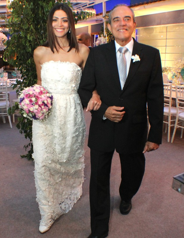 Casamento Carol e Raphael - a atriz foi levada pelo pai, o ator Lucas  (Foto: Vera Donato)