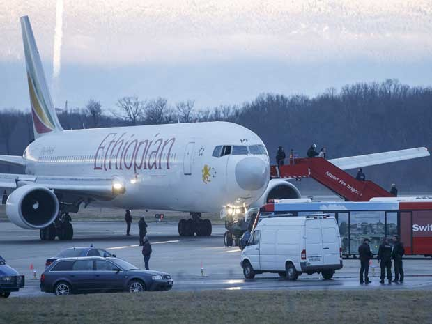 Passageiros são retirados de avião da Ethiopian Airlines no aeroporto de Genebra, na Suíça. (Foto: Salvatore Di Nolfi / AP Photo)