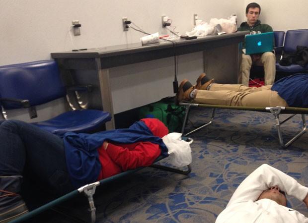 Brasileiros dormem no chão de aeroporto (Foto: Caio Orenga/VC no G1)