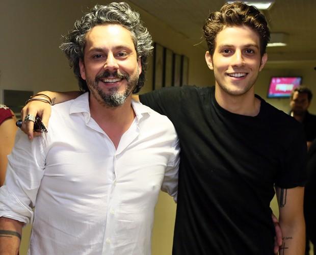 Chay Suede se encontra com Alexandre Nero (Foto: Carol Caminha/Gshow)