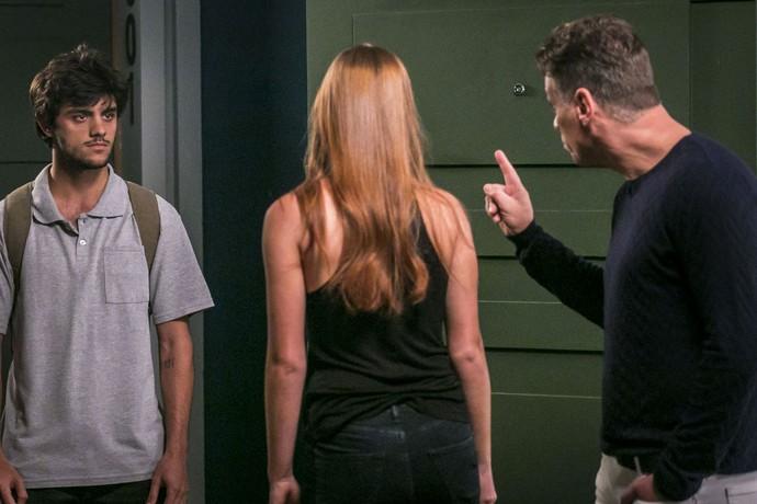 Nos próximos capítulos, Arthur vai proibir que Jonatas entre em seu apartamento (Foto: Paulo Belote/Globo)