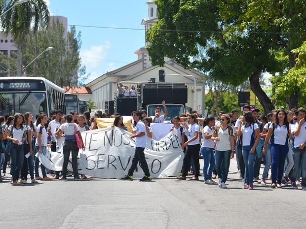 Estudantes saíram do Lyceu Paraibano em direção à Assembleia Legislativa em João Pessoa (Foto: Walter Paparazzo/G1)