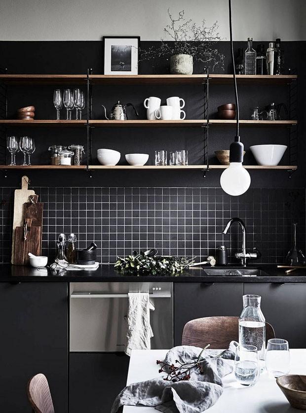 Décor do dia: Cozinha toda preta com prateleiras aparentes