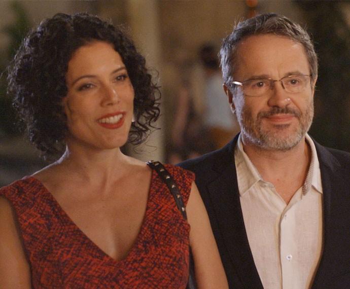 Sem jeito, Lauro apresenta a nova namorada (Foto: TV Globo)