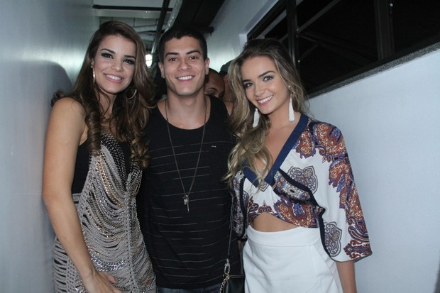 Mari Antunes e Arthur Aguiar com a namorada (Foto: Graça Paes/Photo Rio News)