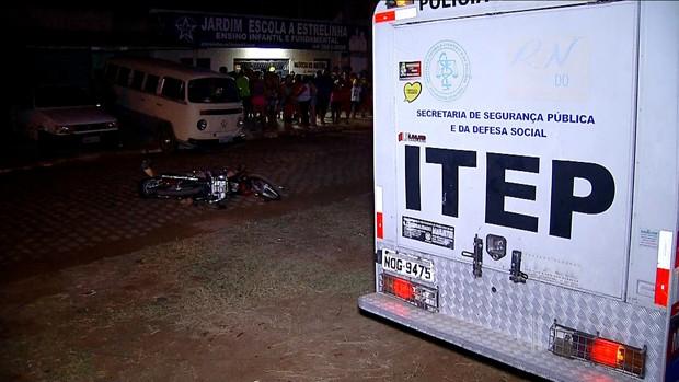 No Pajuçara, crime aconteceu na Rua Dr. Pedro Lopes Cardoso. Vítima morreu na hora. (Foto: Reprodução/Inter TV Cabugi)