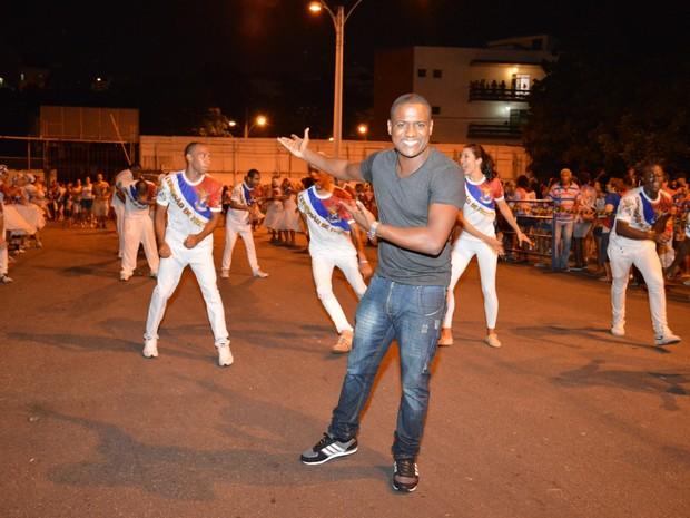 Patrick Carvalho em ensaio da escola de samba carioca União da Ilha, na Zona Norte do Rio (Foto: Rodrigo Mesquita/ Divulgação)