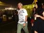 Adam Clayton, baixista do U2, quase passa despercebido no Lollapalooza