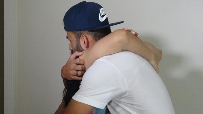 Vanda e Thiago Maia se abraçam após entrevista no apartamento do garoto (Foto: Bruno Giufrida)