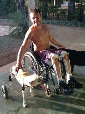 O atleta paralímpico Marcondis Nascimento e a cadela Vicky, no DF (Foto: Marcondis Nascimento/Arquivo pessoal)