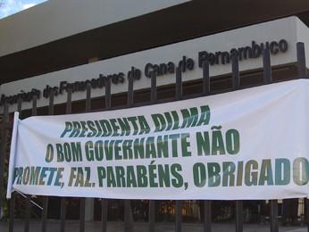 Faixa em agradecimento à Dilma Rousseff, feita pela Associação dos Fornecedores de Cana de Pernambuco (Foto: Renan Holanda / G1)