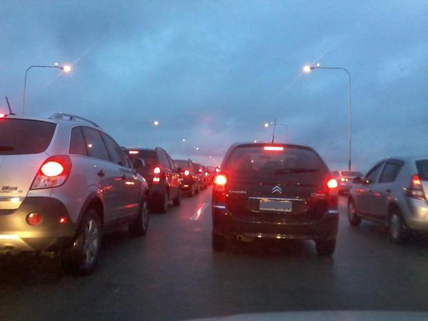 Acidente engarrafou a Ponte Rio-Niterói nesta terça-feira (5) (Foto: Philip Hideki/TV Globo)