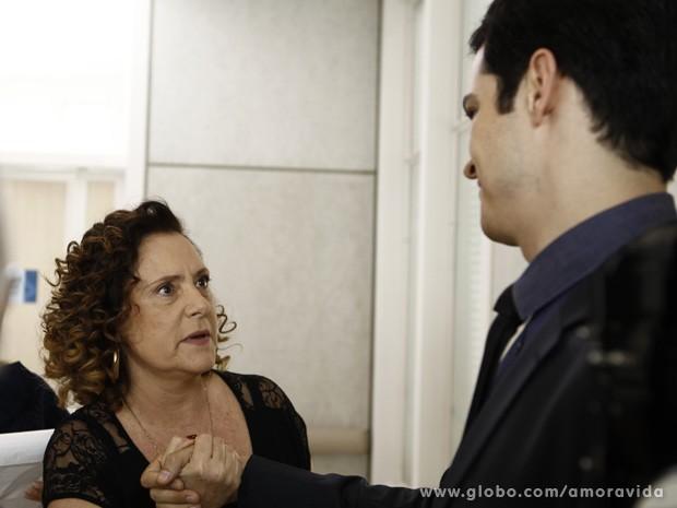 Márcia agradece e pergunta se realmente não conhece Félix (Foto: Amor à Vida/TV Globo)