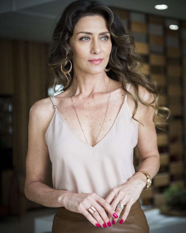 Joyce, vivida pela atriz Maria Fernanda Candido, com suas unhas longas e avermelhadas (Foto: Ed. Globo)