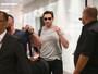 Hugh Jackman desembarca em SP com curativo no nariz devido a câncer