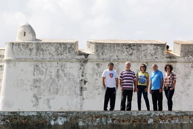 André Calixta, Breno Cabral, Magnólia Figueiredo, Roberto Vital e a jornalista Renata Moura (da esquerdaq para a direita), são condutores da Tocha; Fortaleza dos Reis Magos é o local de largada do revezamento (Foto: Alex Régis)