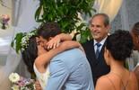 Tóia e Juliano se casam, e Romero observa de longe