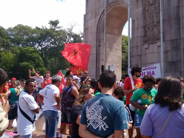 Apoiadores de Dilma e Lula fizeram coxinhaço em Porto Alegre (Foto: Dayanne Rodrigues / RBS TV)