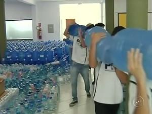 Voluntários arrecadaram água para doação (Foto: Reprodução / TV TEM)