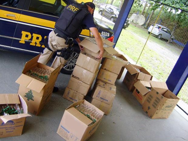 PRF apreendeU 3.600 frascos de lança-perfume dentro de carro (Foto: Divulgação/Polícia Rodoviária Federal)