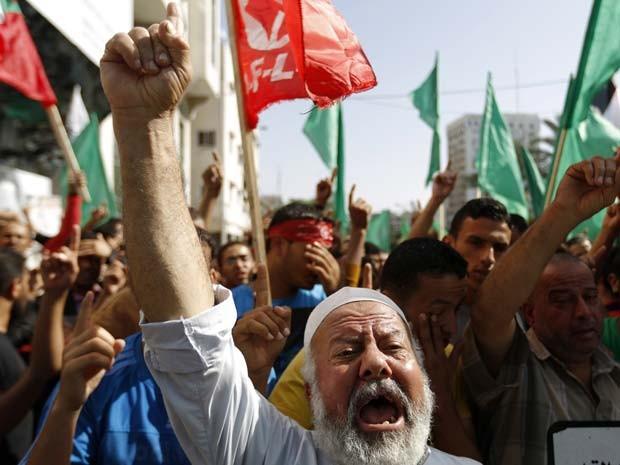 Palestinos protestam depois que autoridades restringiram acesso à mesquita de Al-Aqsa nesta sexta-feira (17) (Foto: AFP PHOTO/MOHAMMED ABED)