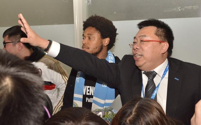 BLOG: Luiz Adriano chega ao Jiangsu Suning e recebe boas-vindas da torcida