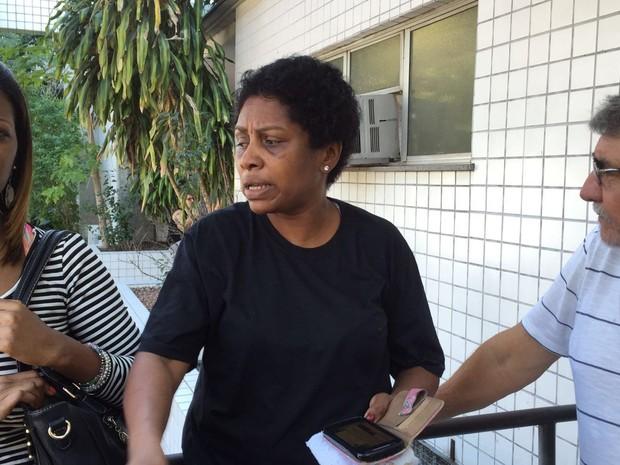 Mãe de Alyson foi providenciar a liberação do corpo do filho no IML do Centro do Rio (Foto: Leo Ferreira / TV Globo)