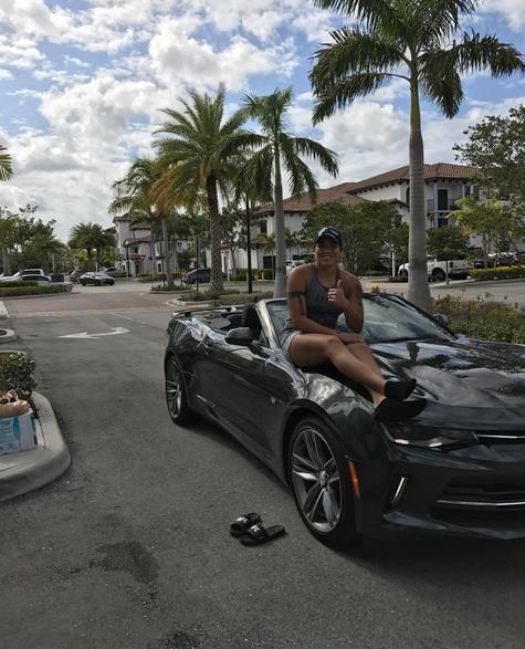 BLOG: Amanda Nunes tira onda ao postar foto em carro conversível