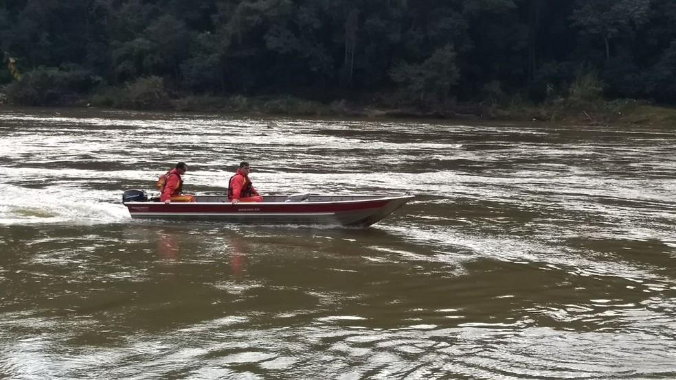 Bombeiros fazem buscas no Rio Tibagi (Foto: Vanessa Rumor/RPC)