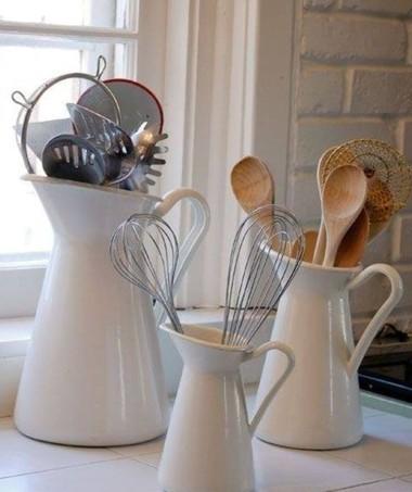 Deixe expostos em leiteirinhas ou bules os utensílios de cozinha mais utilizados, como conchas, colheres de pau e escumadeiras. O truque também enfeita o ambiente com muito charme! (Foto: Reprodução/Pinterest)