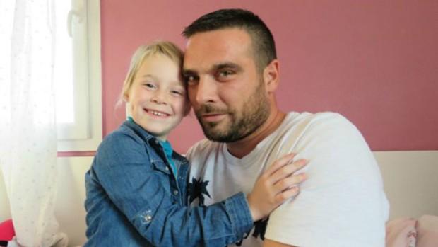 Solidariedade dos colegas de trabalho permitiu que Jonathan Dupré cuide de sua filha doente (Foto: Le Réveilde Neufchâtel/BBC)