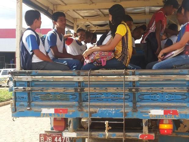 Alunos são transportados na carroceria de caminhões em Batalha (Foto: Divulgação/Fábio de Lima)