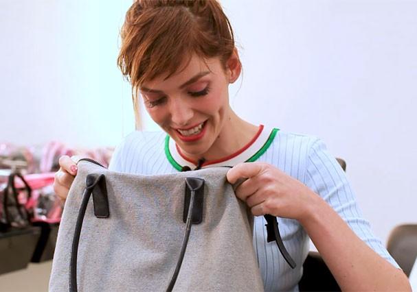 Titi Müller abre a bolsa e fica surpresa com o que acha lá dentro (Foto: Reprodução)