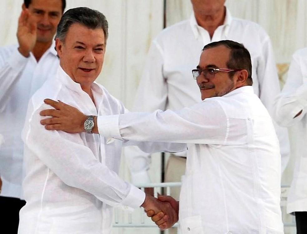 Presidente da Colômbia, Juan Manuel Santos, e líder das Farc, Rodrigo Londoño, durante encontro em Cartagena (Foto: John Vizcaino/Reuters)