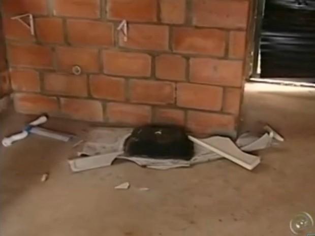 Ações de vandalismo também foram encontradas nas casas. Nesta, a pia e as portas foram destruídas. (Foto: Reprodução TV Tem)