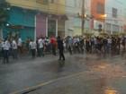Bancários em greve fazem protesto debaixo de chuva no Centro de Cuiabá