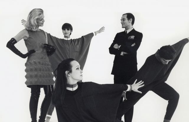 Pierre Cardin e Lauren Bacall, aqui a bordo do famoso vestido Cardine (Foto: Divulgação)
