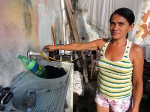 Euza Maria é uma das moradores que está sem água em Mãe Luiza (Foto: Felipe Gibson/G1)