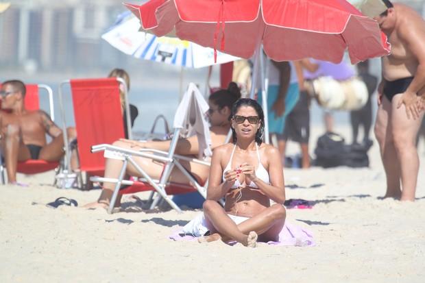 Anna Lima na praia (Foto: Dilson Silva/Agnews)