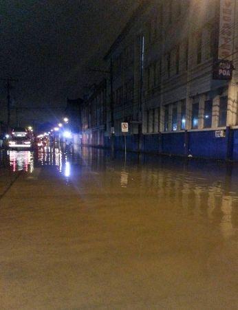 No bairro Navegantes, Zona Norte da capital, alagamentos persistem (Foto: Paulo Ledur/RBS TV)