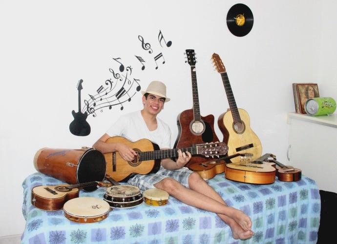 Dudu Brasil coleciona instrumentos musicais (Foto: Katiúscia Monteiro/ Rede Amazônica)