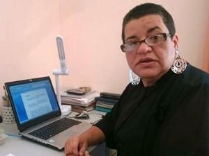 Escritório improvisado possibilita que Raquel trabalhe durante o dia (Foto: Ana Paula Yabiku/G1)