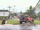 Carro derruba poste e 4 pessoas ficam feridas em cruzamento de Ribeirão