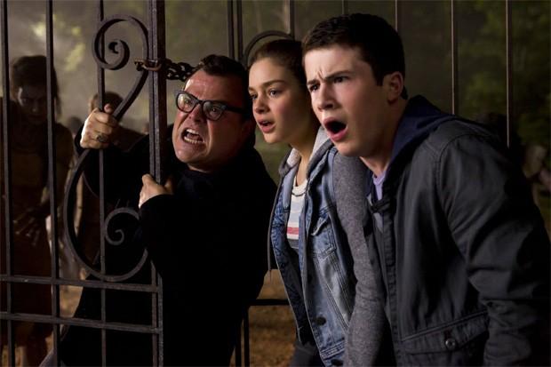 Jack Black, Odeya Rush e Dylan Minnette fogem em cena de 'Goosebumps - Monstros e arrepios' (Foto: Divulgação)