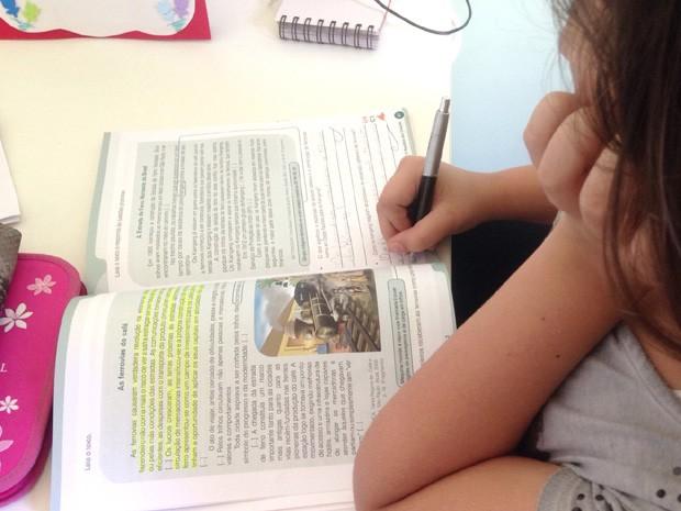 Custo com materiais escolares é um dos responsáveis por diminuir o orçamento das famílias  (Foto: Clara Rios/G1)